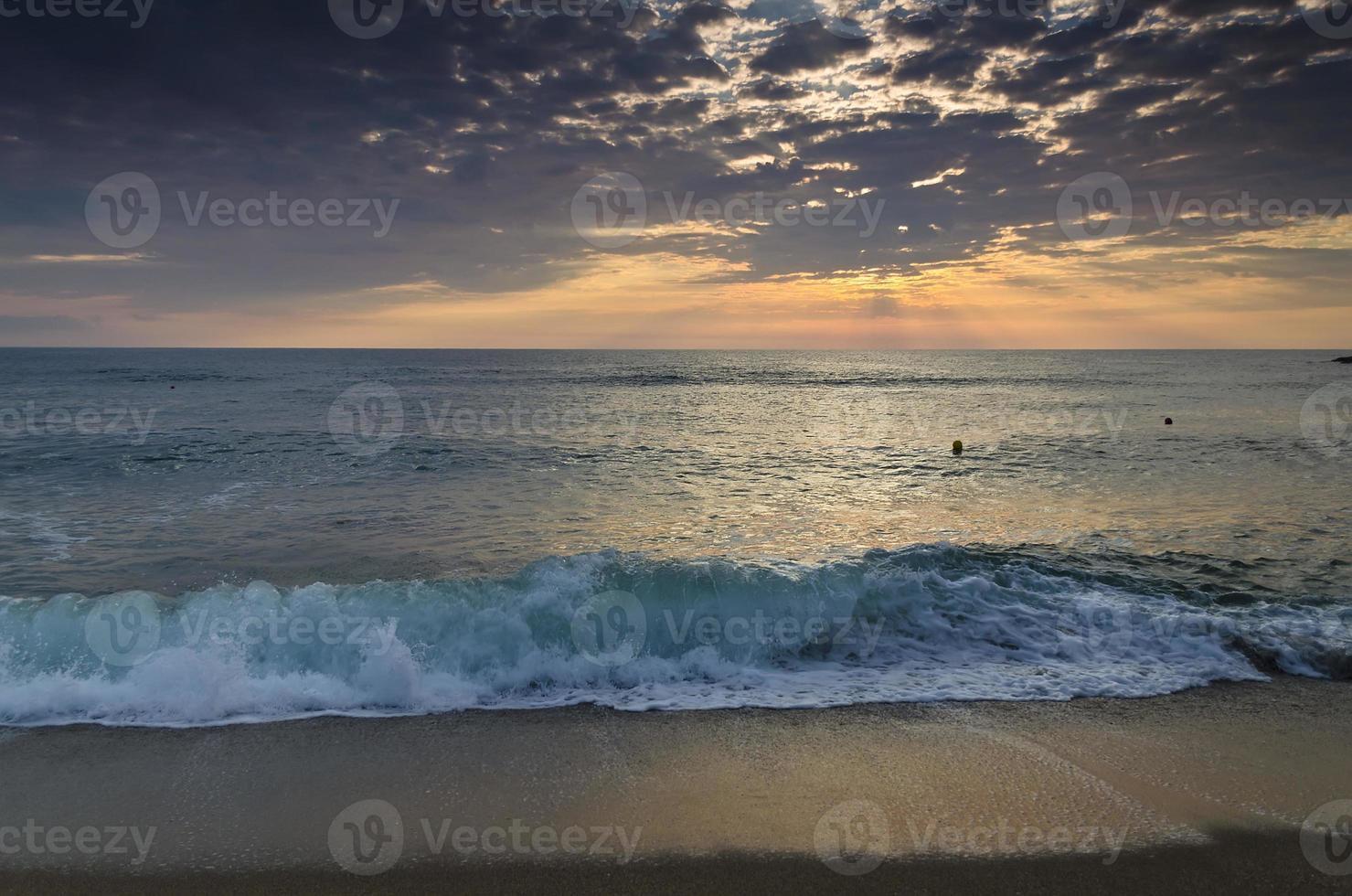 eternidade na costa arenosa da Bulgária perto da meditação do nascer do sol foto