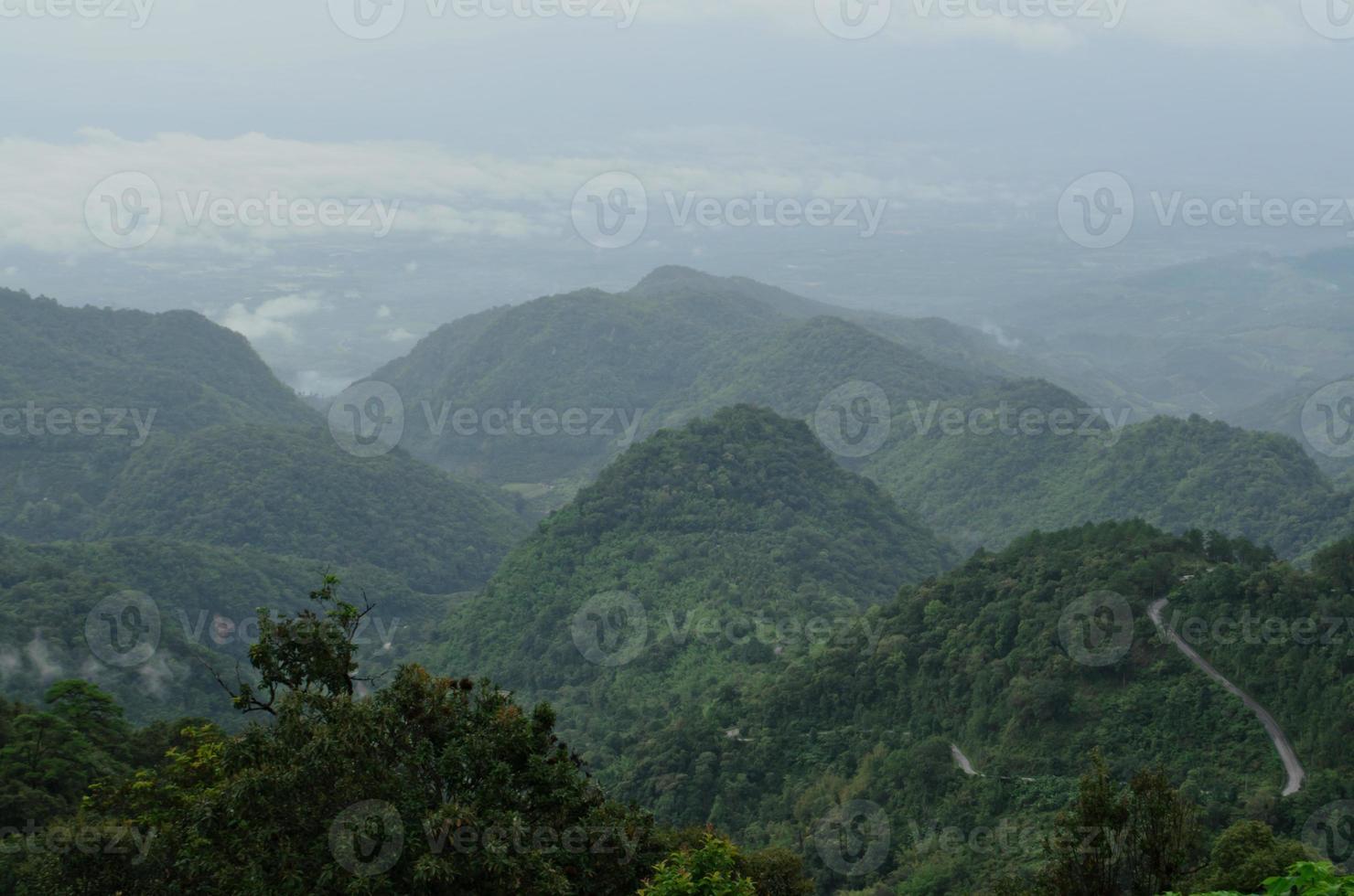 montanha no nevoeiro, chiang mai, tailândia foto