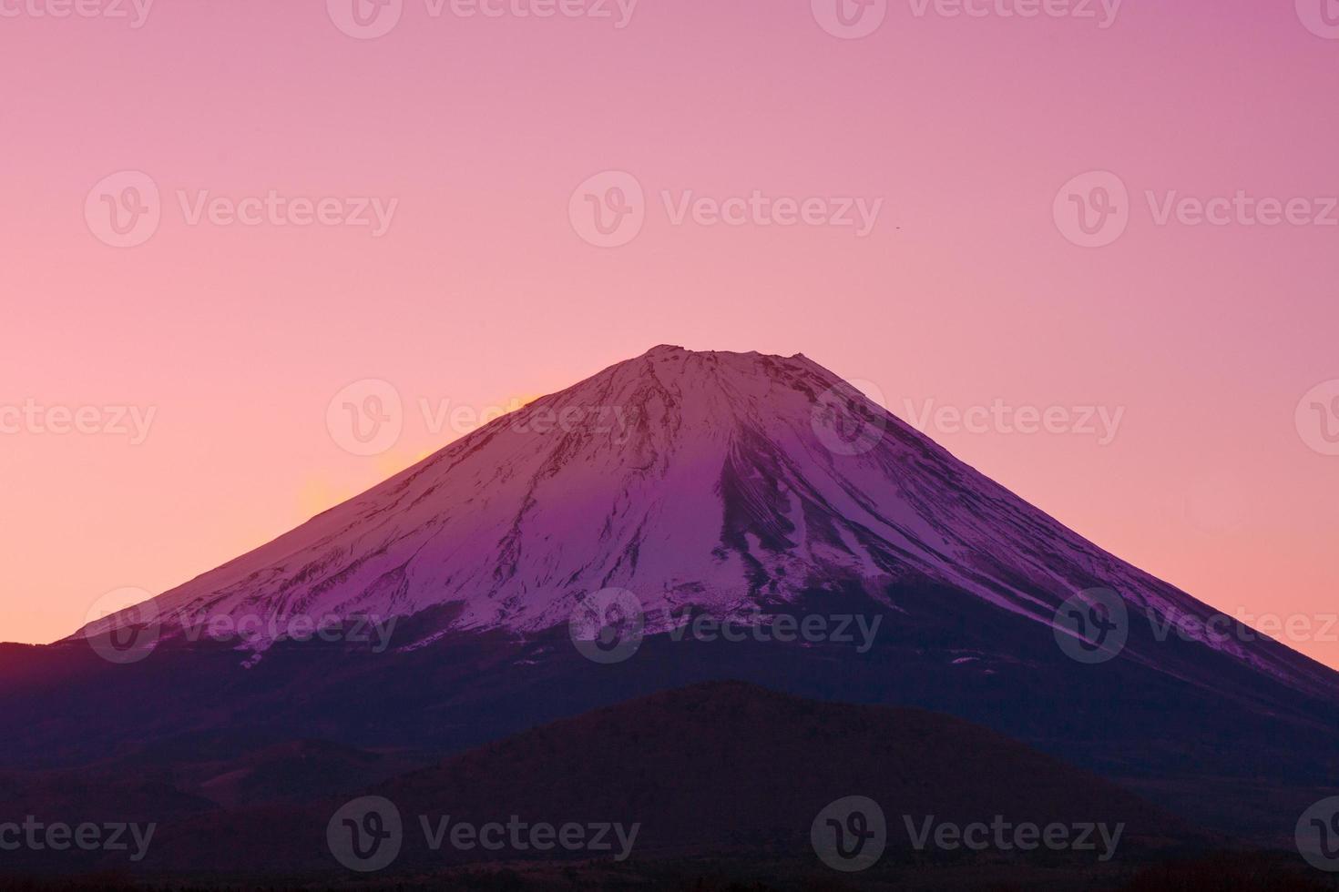 céu vermelho e o cume do monte fuji no Japão foto