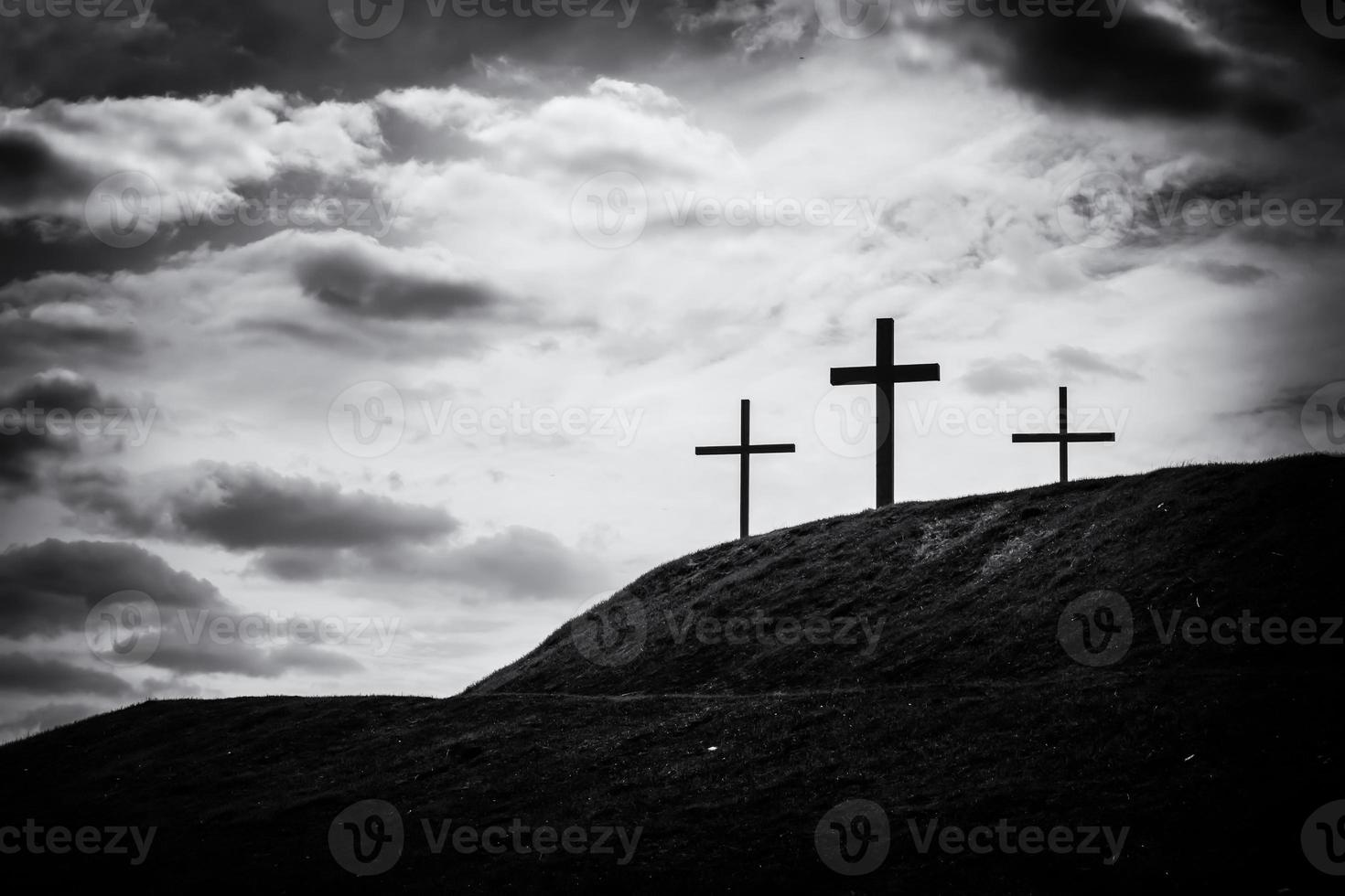 imagem em preto e branco de três cruzes sentadas na colina foto