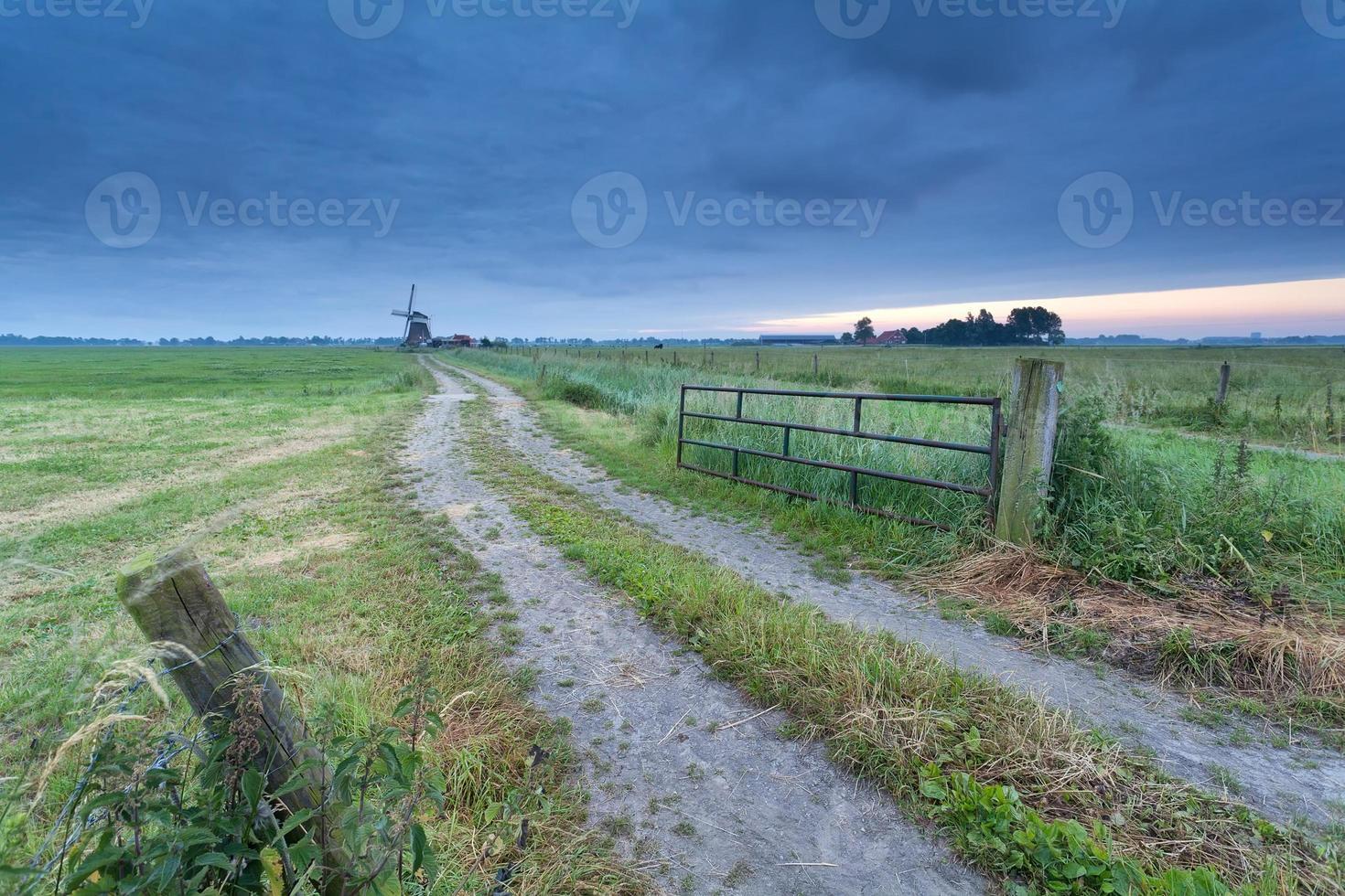 estrada rural para moinho de vento foto