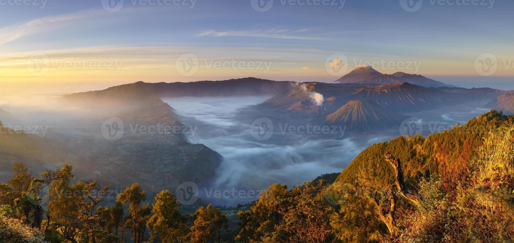 Vulcão Bromo ao nascer do sol, Java Oriental, Indonésia foto