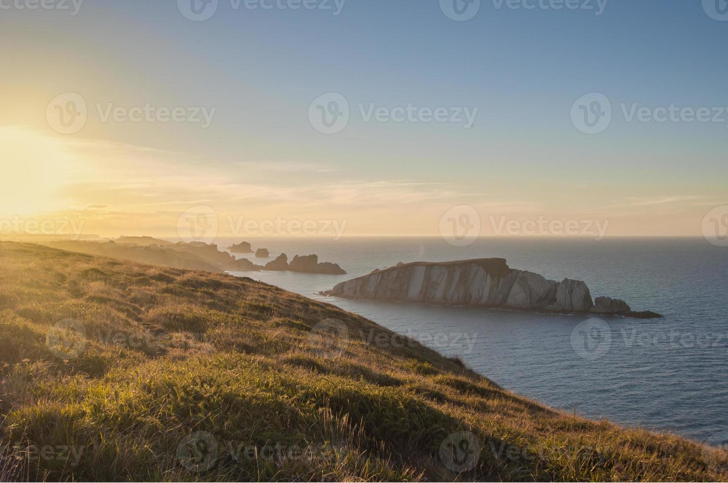 pequena ilha de pedra no oceano vista das falésias foto