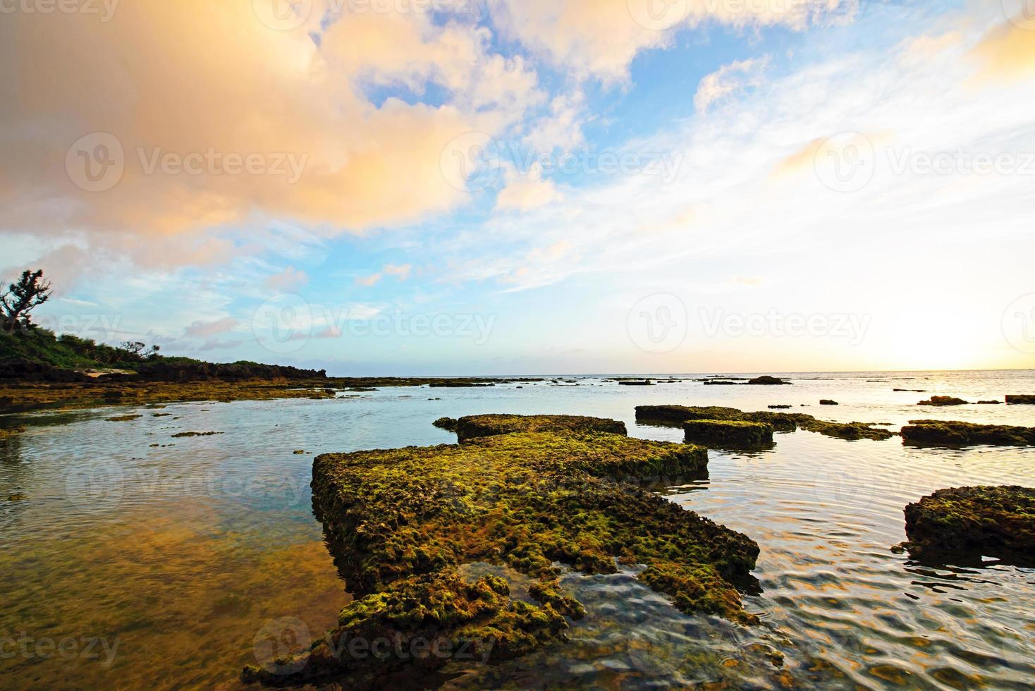 lindo pôr do sol e um belo recife, okinawa, japão foto