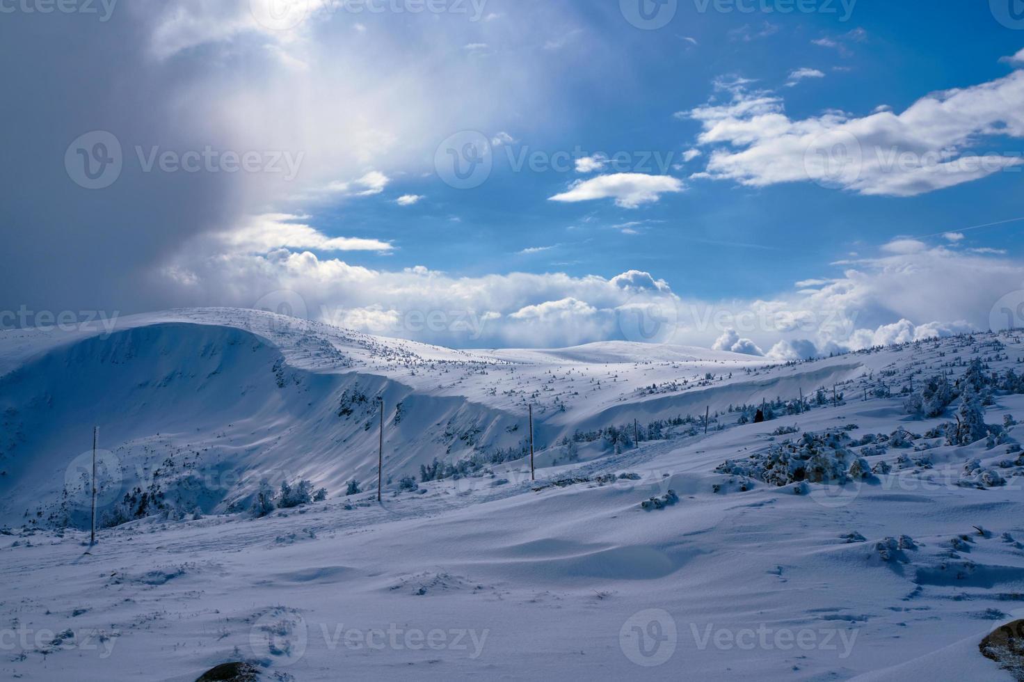 enterrado na neve trilha de caminhada foto