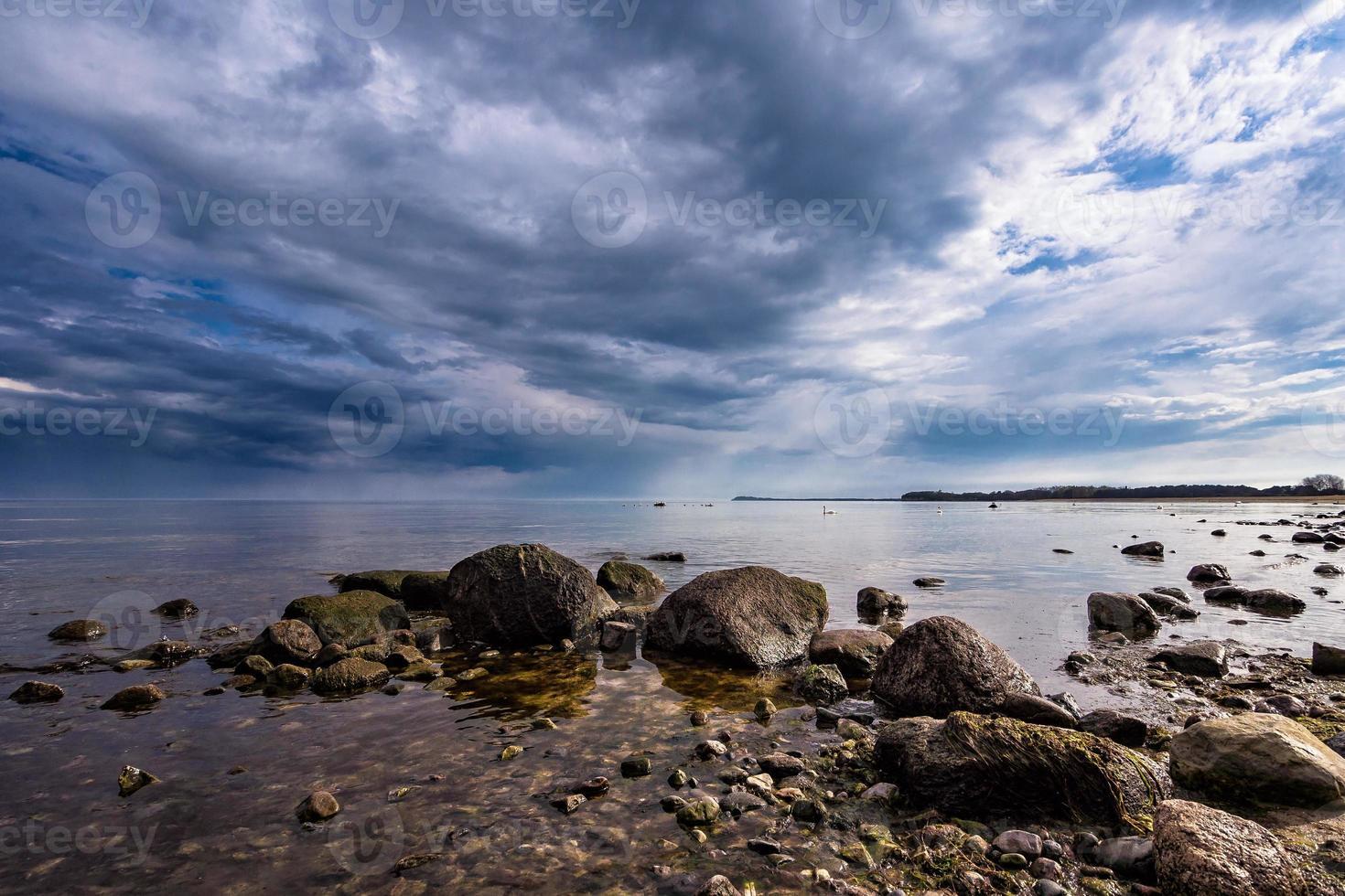 enjeitados na costa do mar Báltico foto