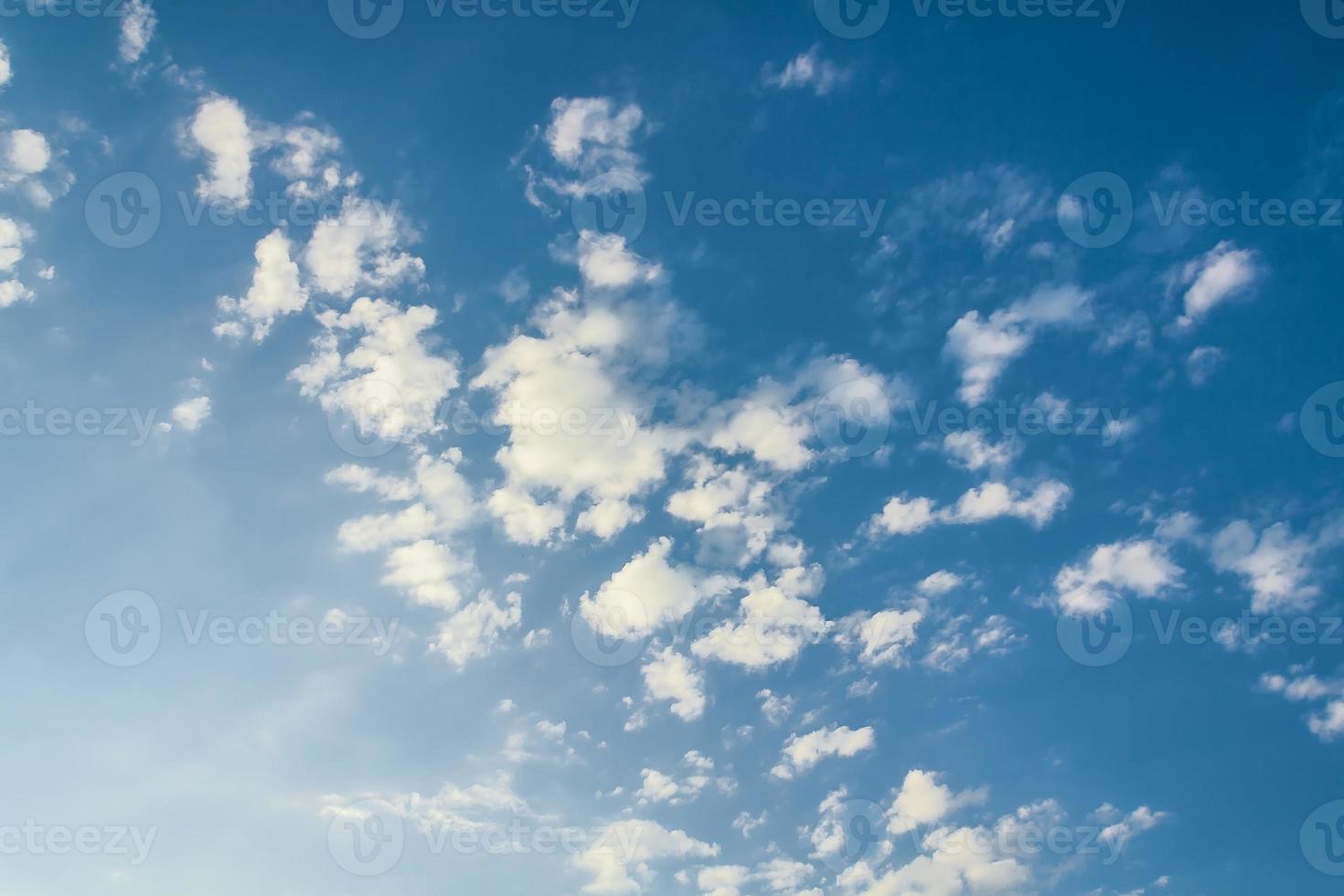 nuvens brancas, iluminadas pelo sol foto