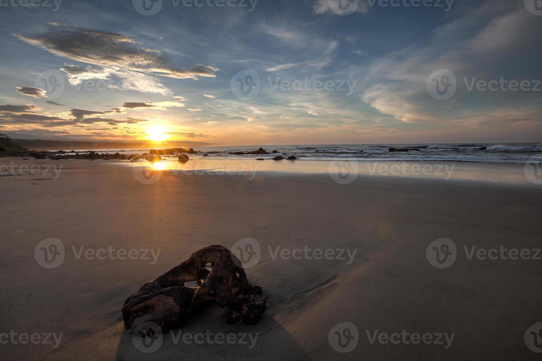 nascer do sol na praia de Jayanti no sul da Indonésia de Java Ocidental foto