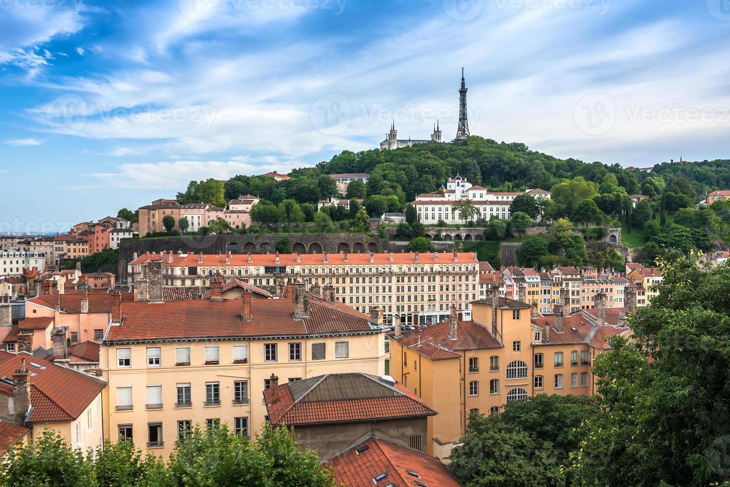 vista aérea em lyon na colina da basílica de fourviere foto