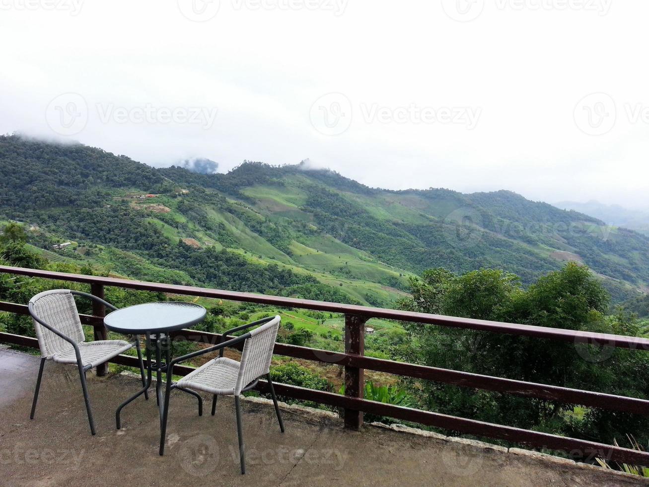 mesa de centro posta para dois com vista panorâmica da montanha foto