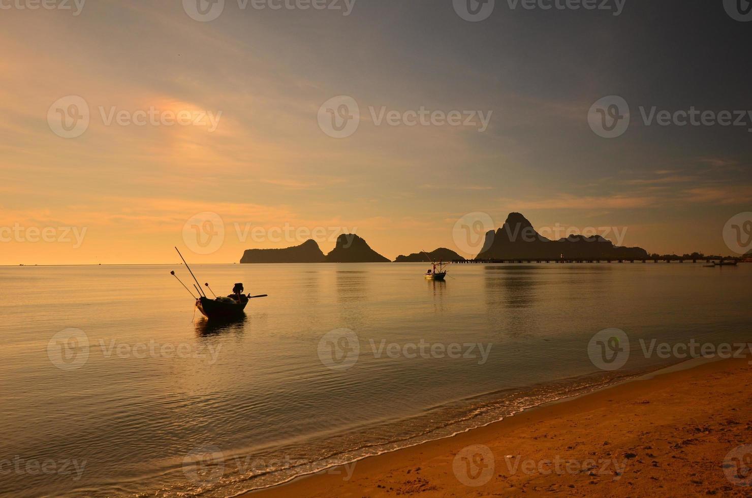 praia e barcos nas paisagens do nascer do sol foto