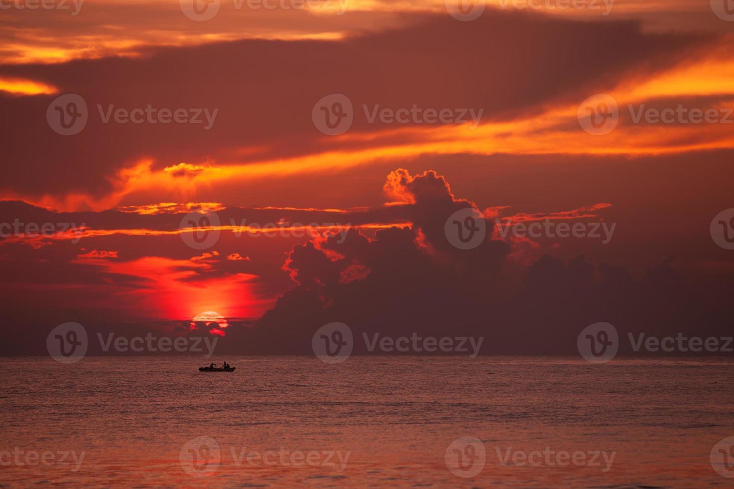 vista panorâmica no grande lago com homem-peixe no barco foto