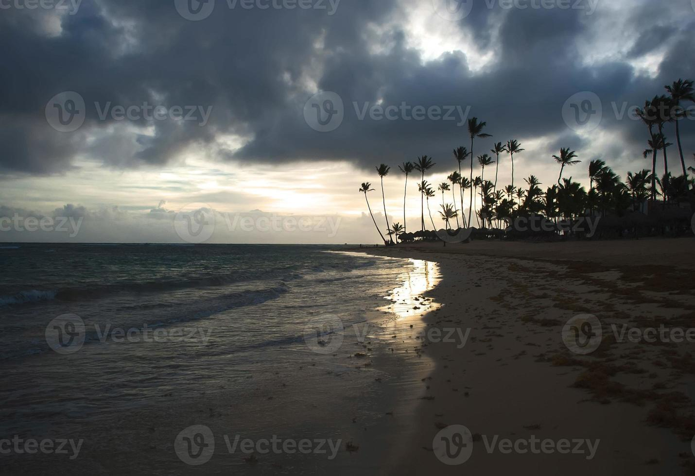 nuvens de tempestade ao nascer do sol no paraíso foto