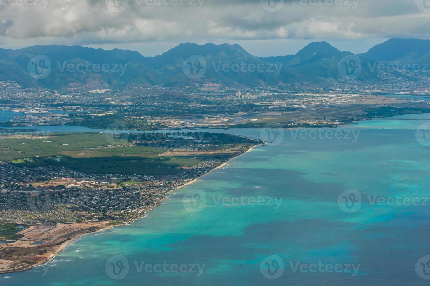 vista aérea da praia do havaí e montanhas foto