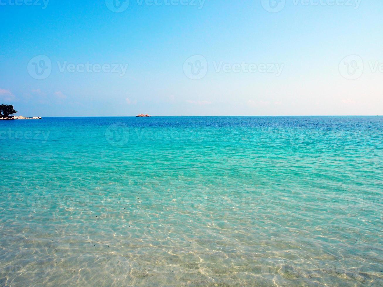 praia de areia na indonésia foto
