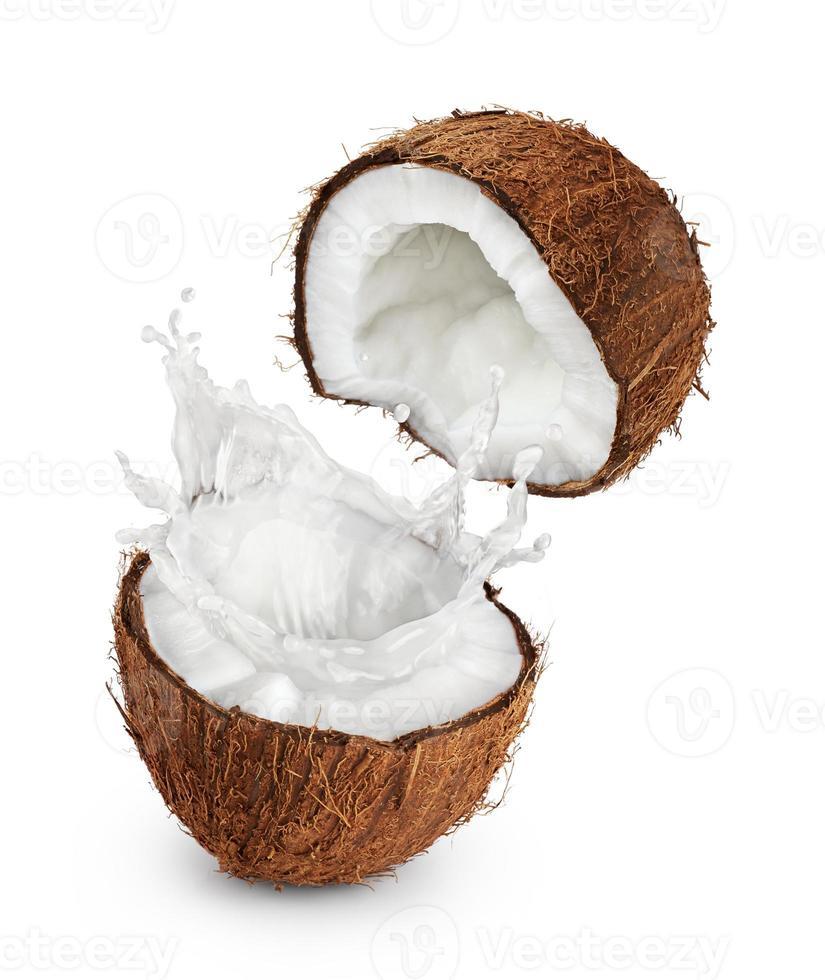 cocos com respingos de leite no fundo branco. foto