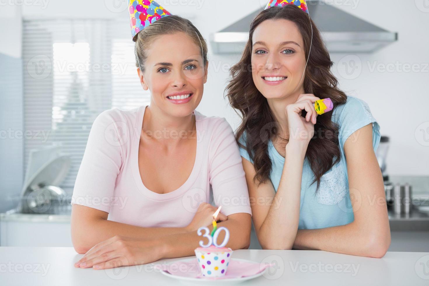mulheres lindas comemorando aniversário foto