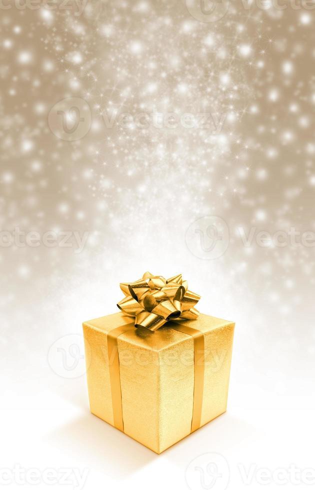 caixa de presente celebração dourada em fundo brilhante foto