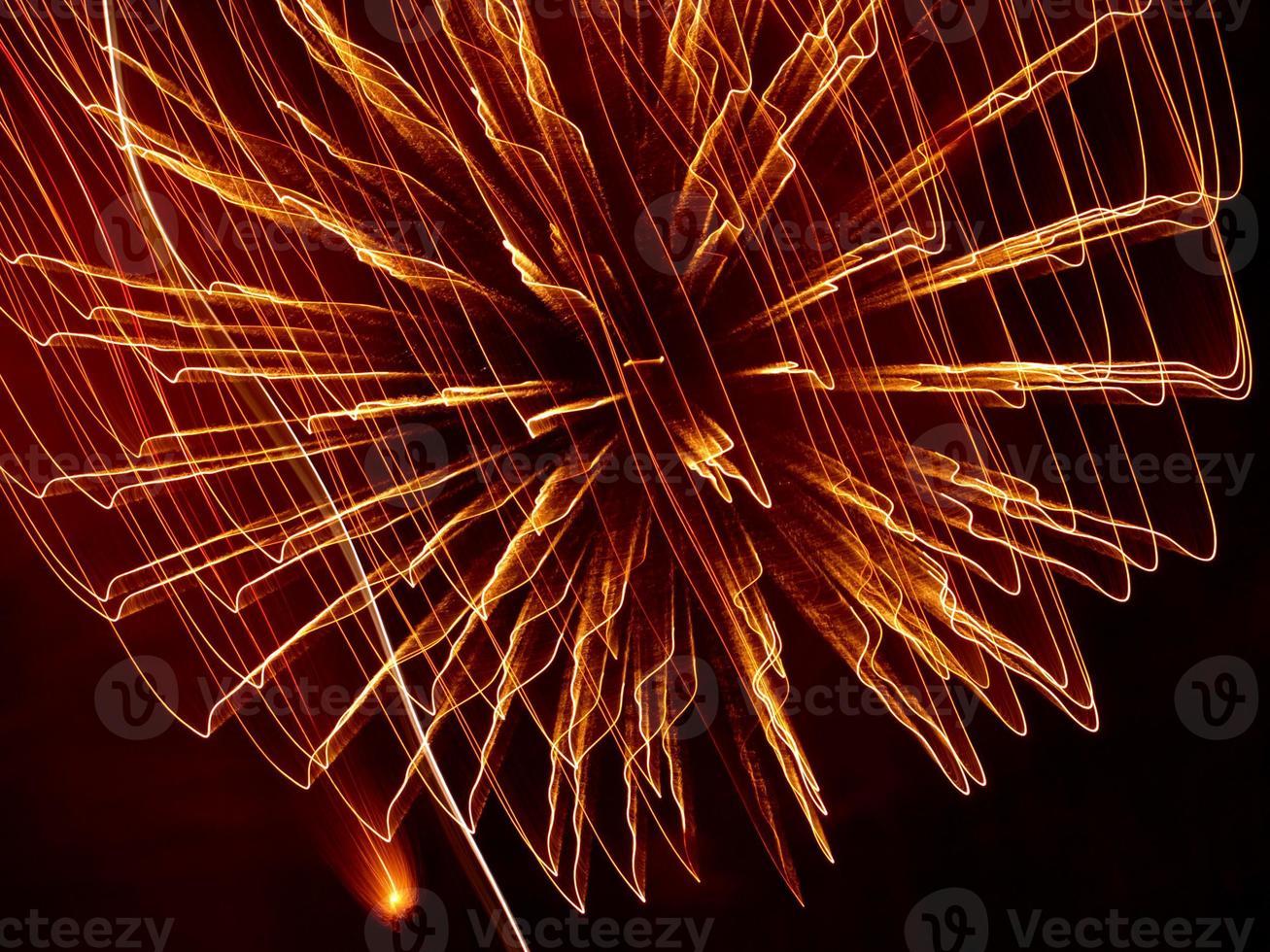 fogos de artifício dourados estouram. foto