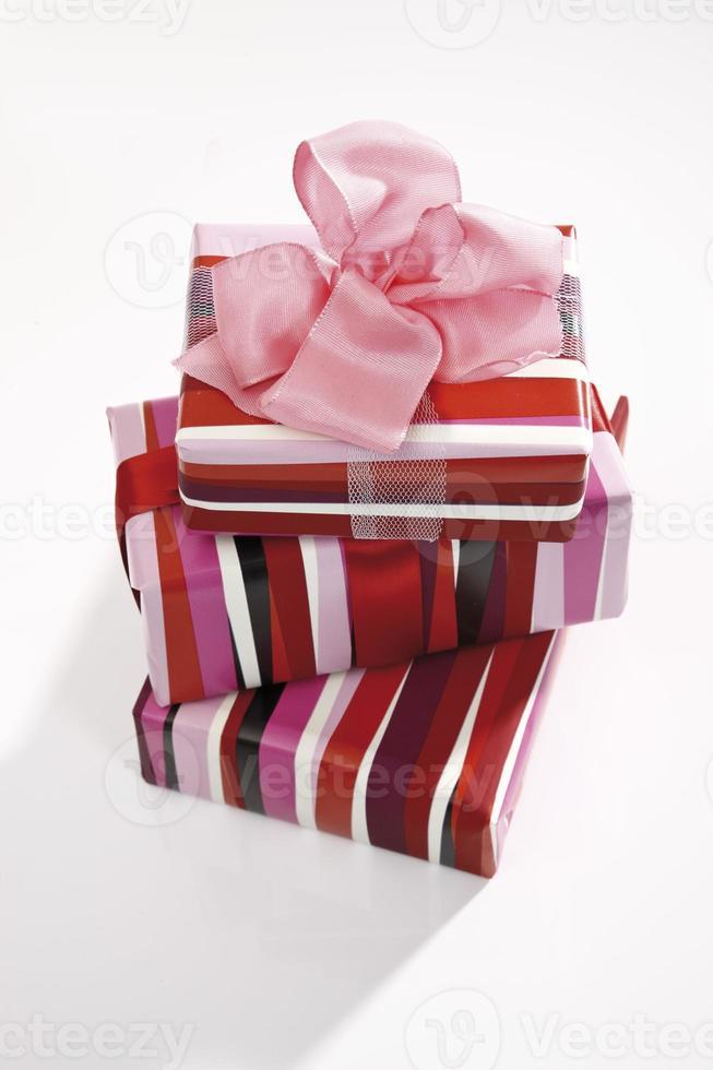 pacotes de presentes empilhados foto