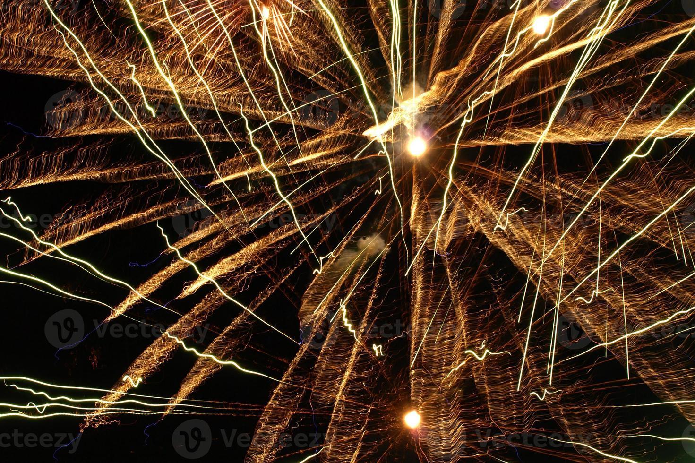 fogos de artifício dourados explodem. foto