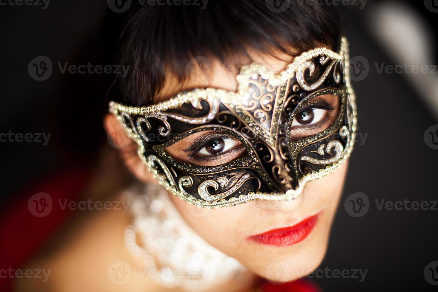 mulher usando máscara, olhando para cima foto