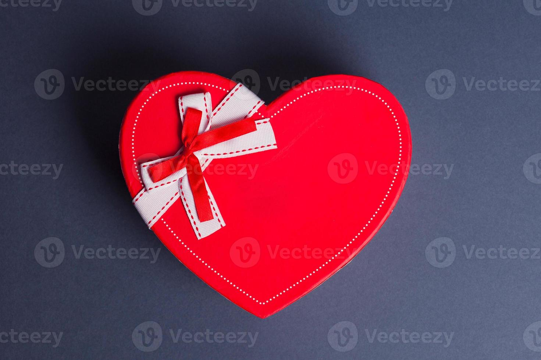caixa de presente com coração vermelho foto