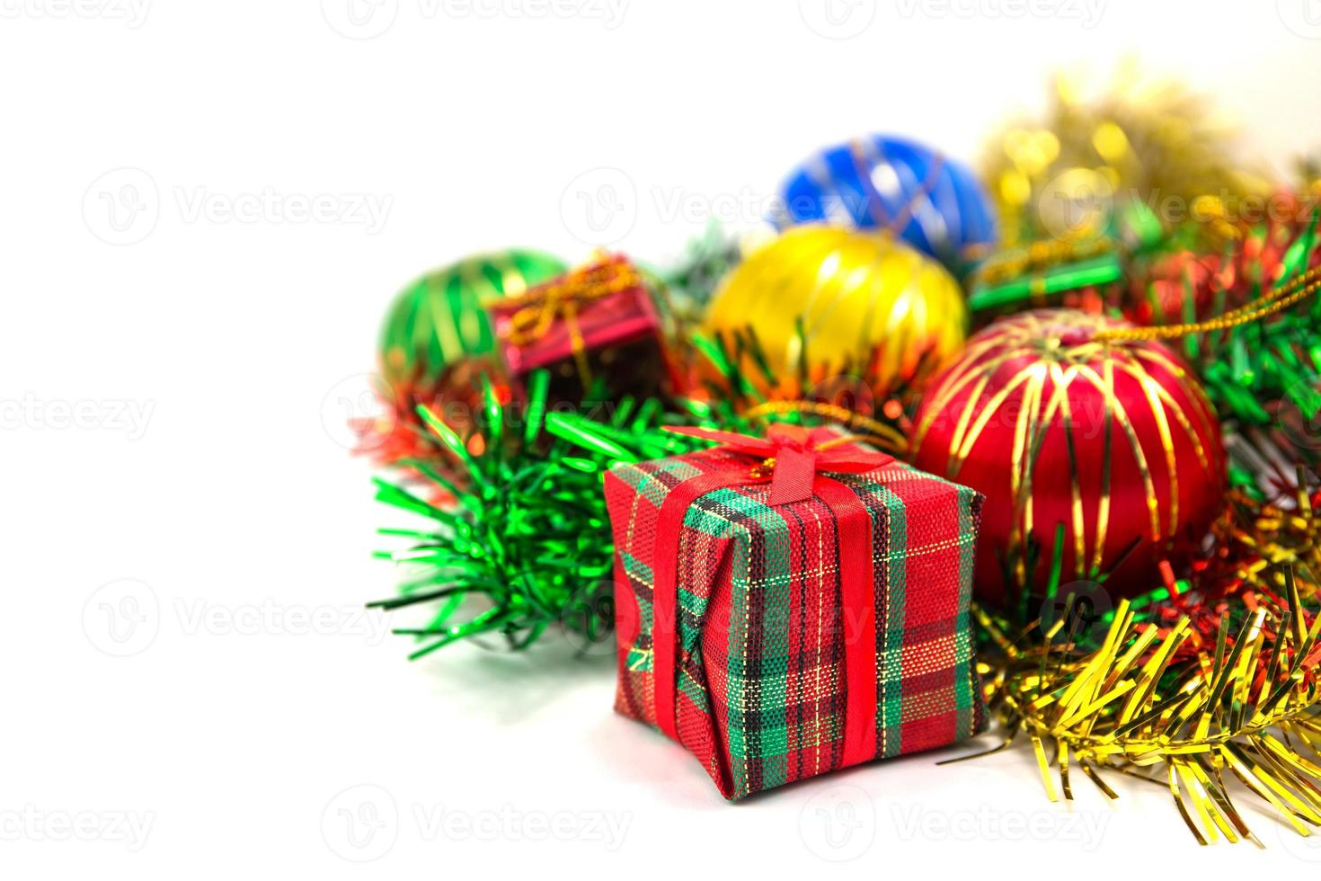 caixa de presente de natal com bolas de natal foto