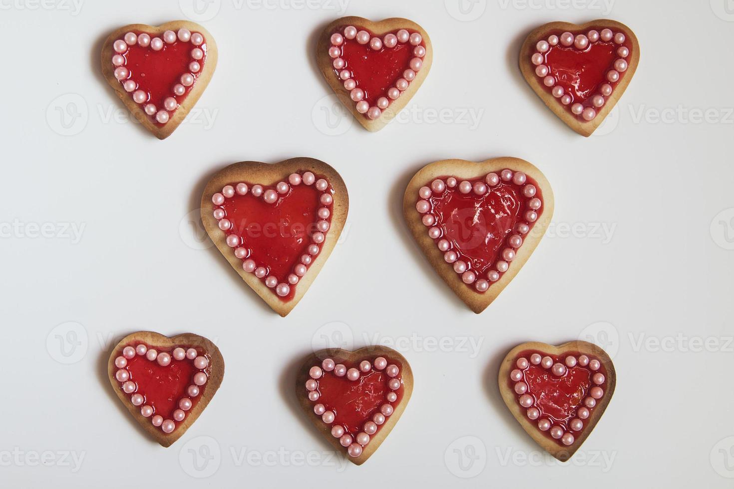 cookies de corações vermelhos em fundo branco foto