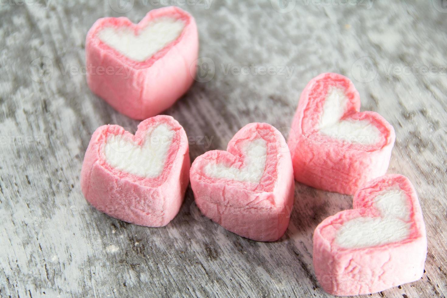 amor de marshmallows em madeira branca foto