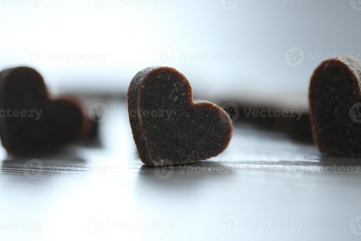 pequenos corações em fundo de madeira foto