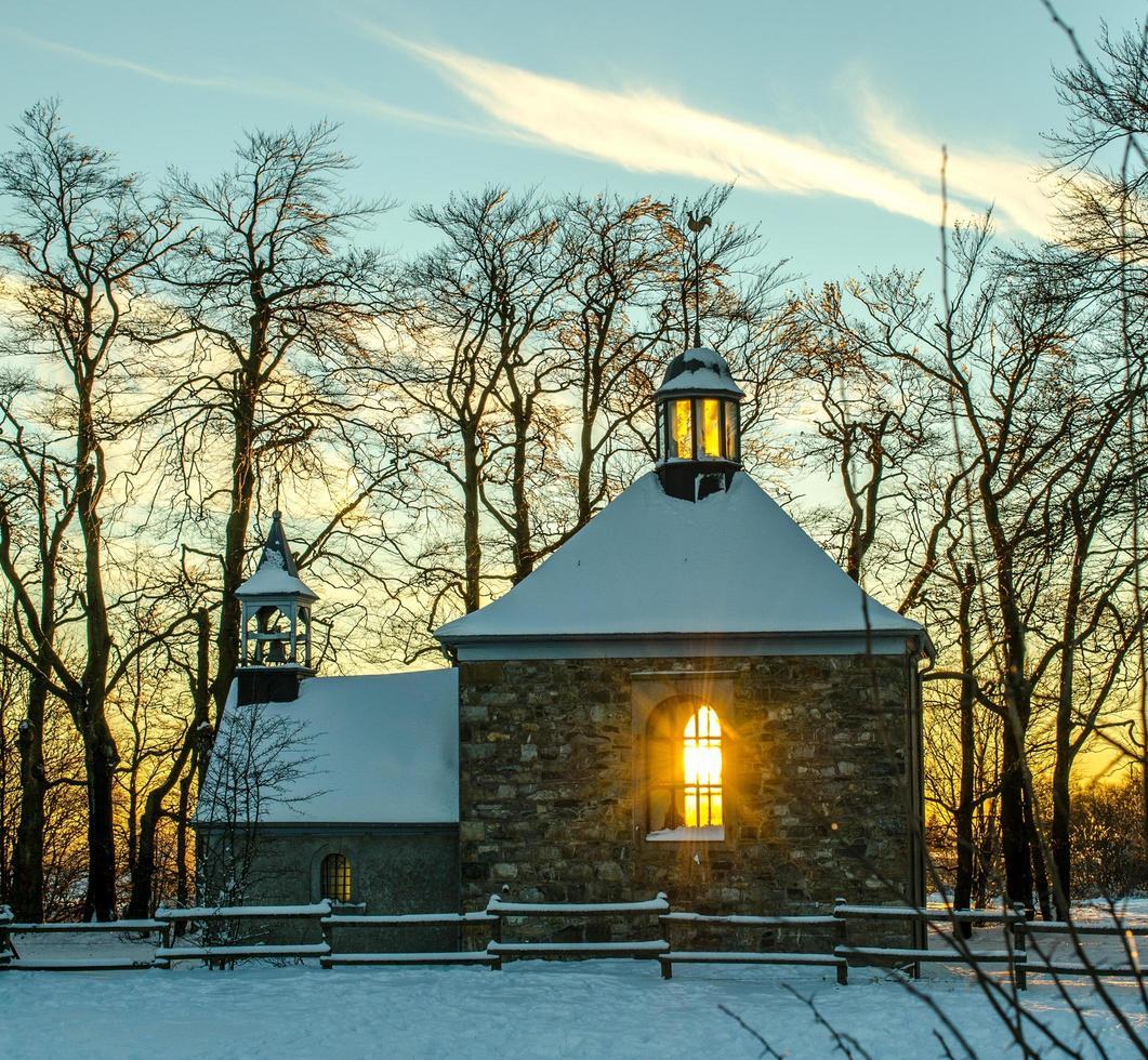 pequena capela no crepúsculo foto