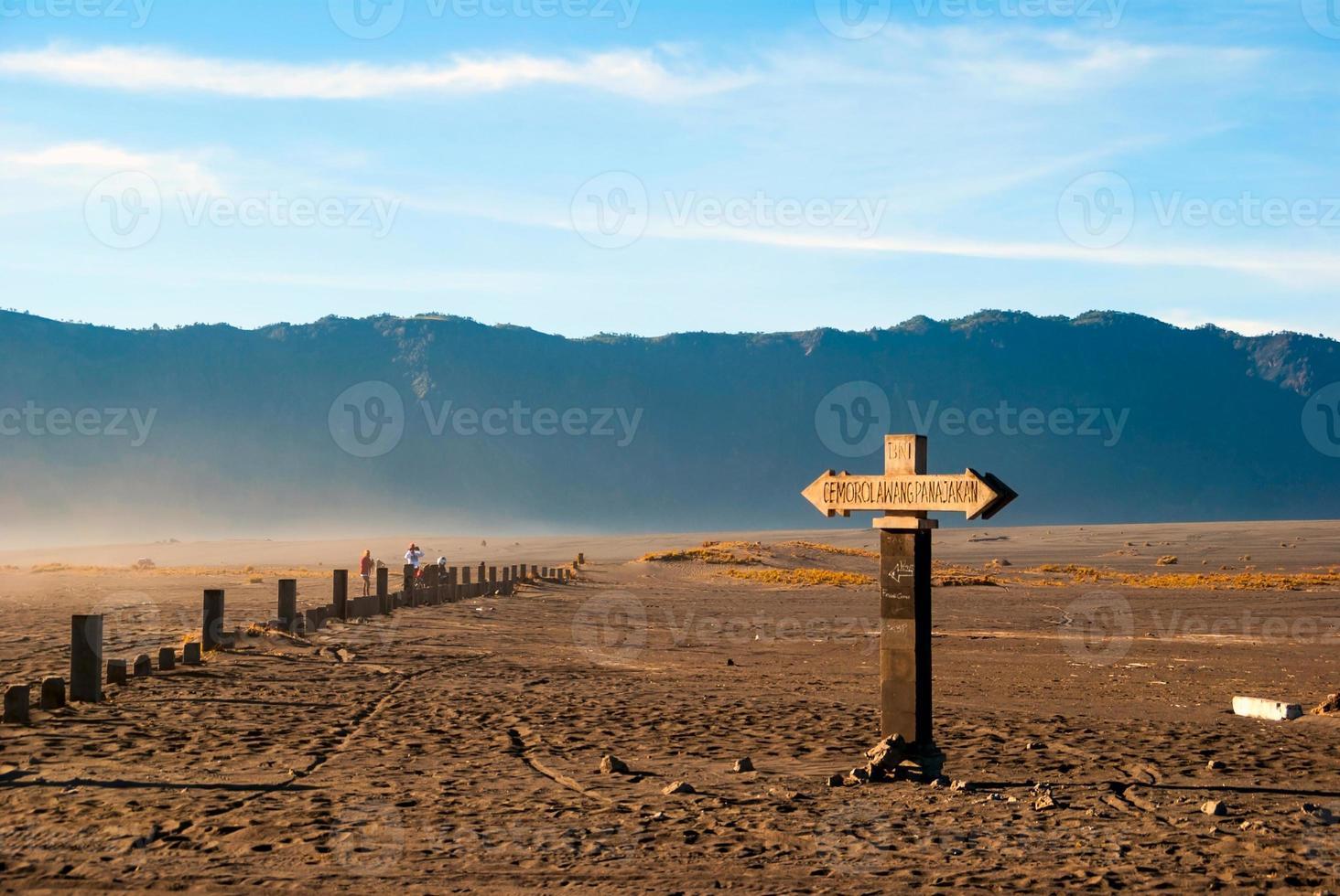 sinal para a montanha de bromo, java, indonésia foto