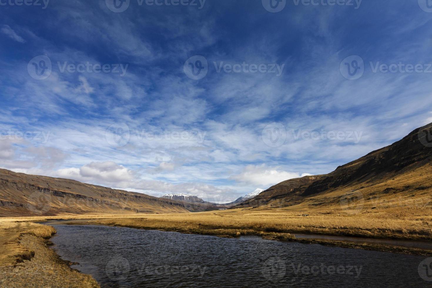paisagem de mountainus na Islândia foto