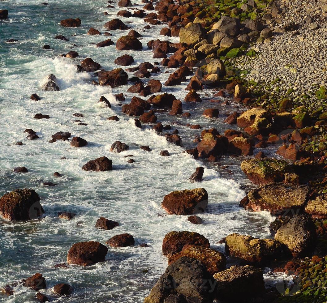 enseada de pedra com grandes rochas no mar foto