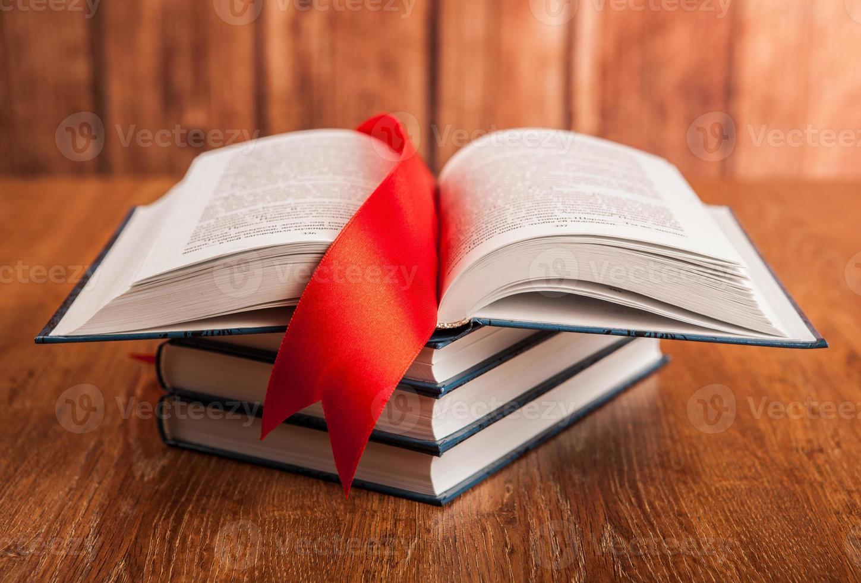 pilha de livros com marcador foto