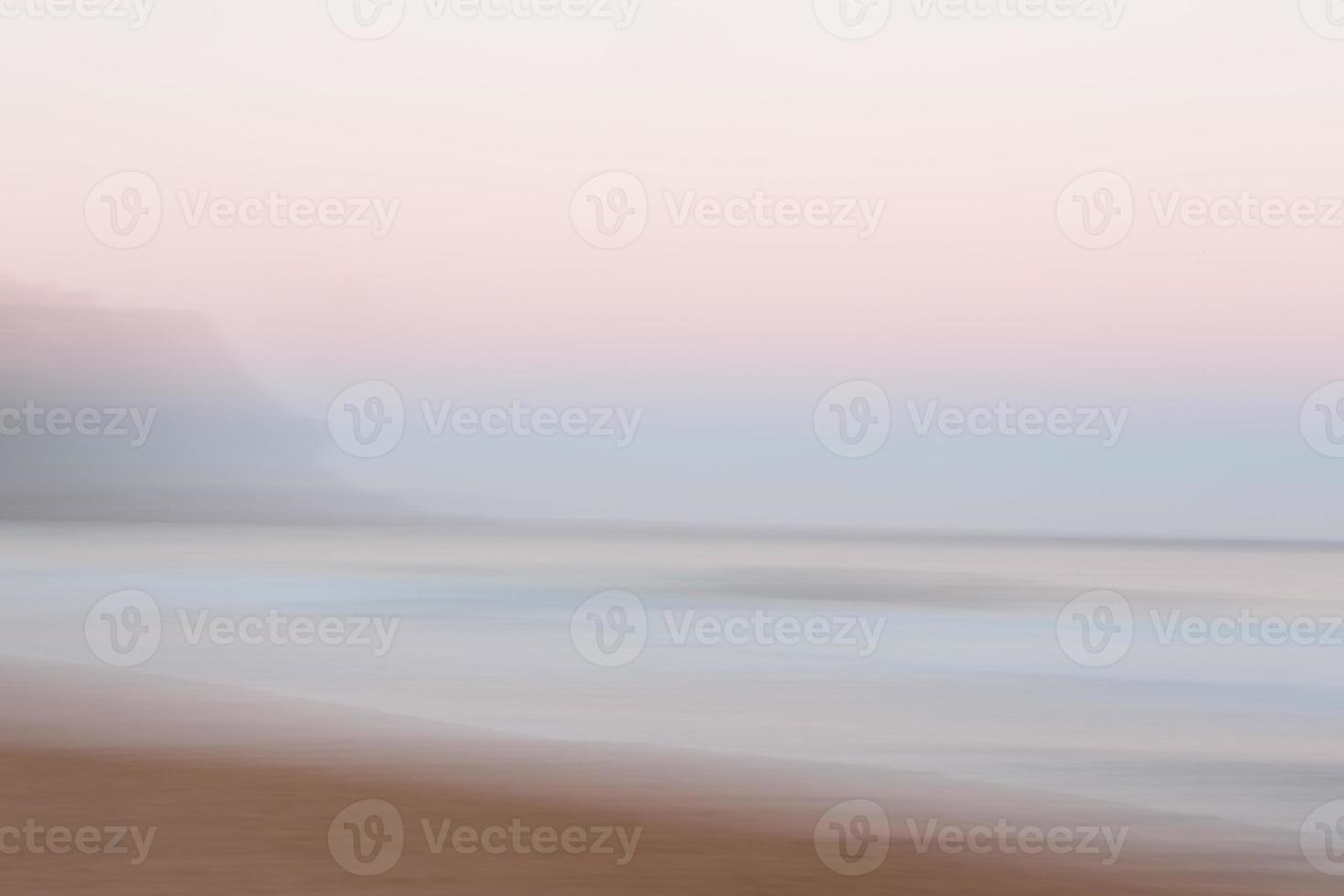fundo abstrato do oceano ao nascer do sol com movimento panorâmico desfocado foto