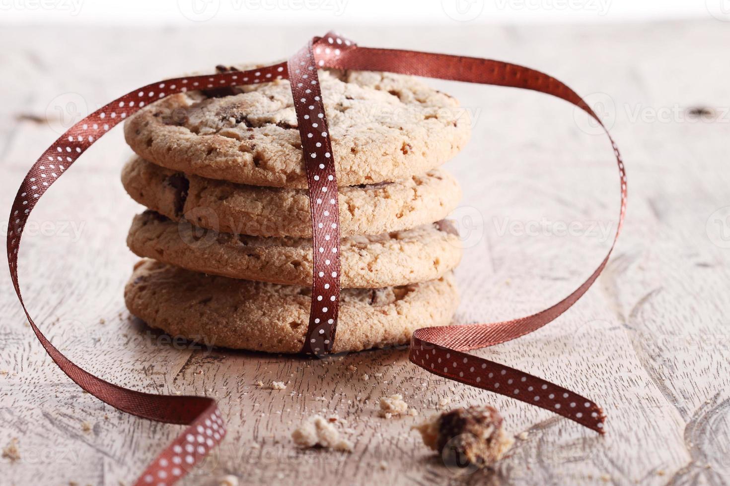 biscoitos de chocolate com fita foto
