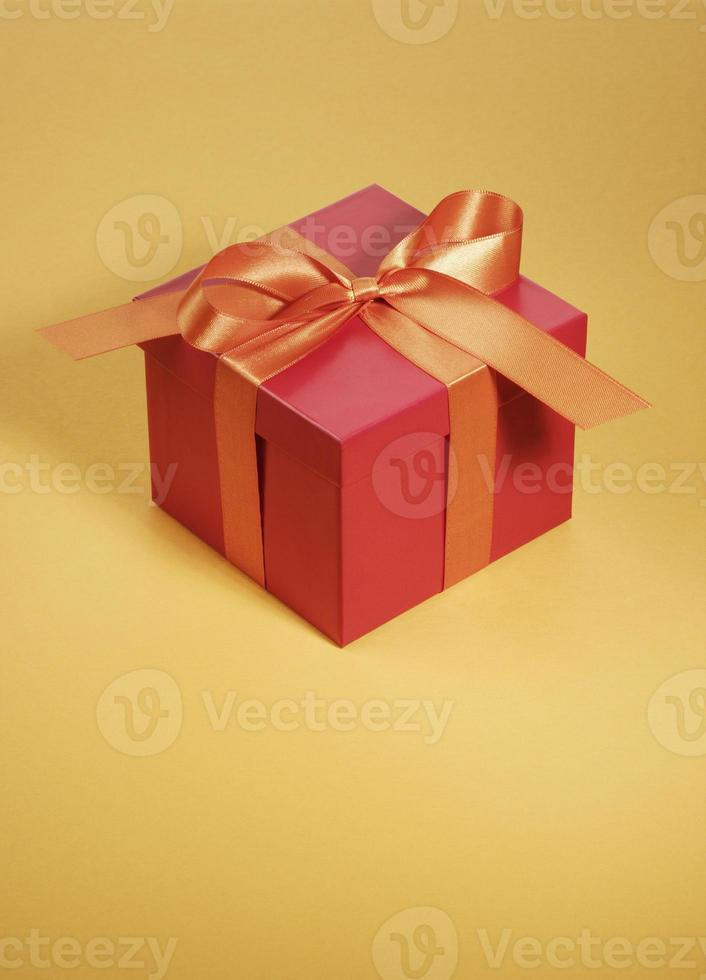 caixa de presente vermelha com fita laranja foto