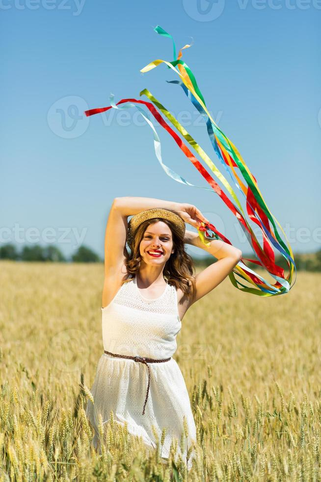 garota feliz segurando fitas coloridas foto