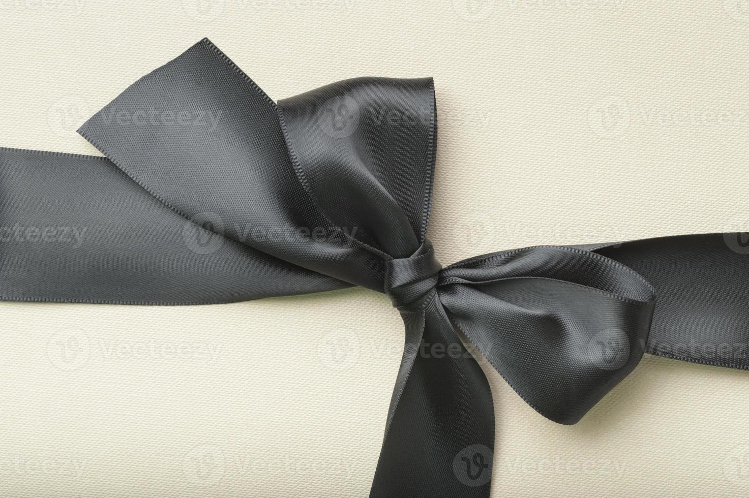 laço preto em papel amarelo foto