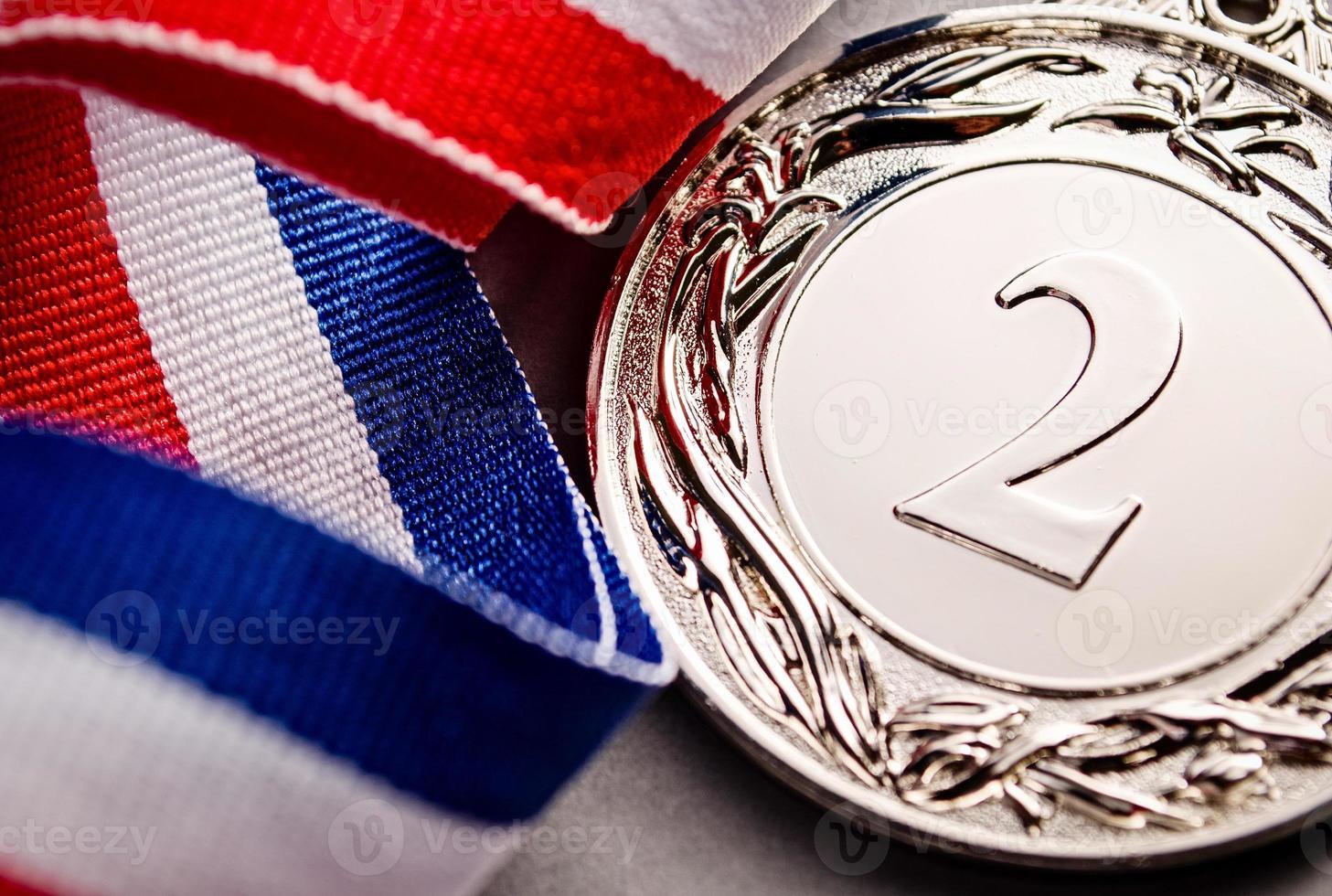 vencedor da medalha de prata no fundo claro foto