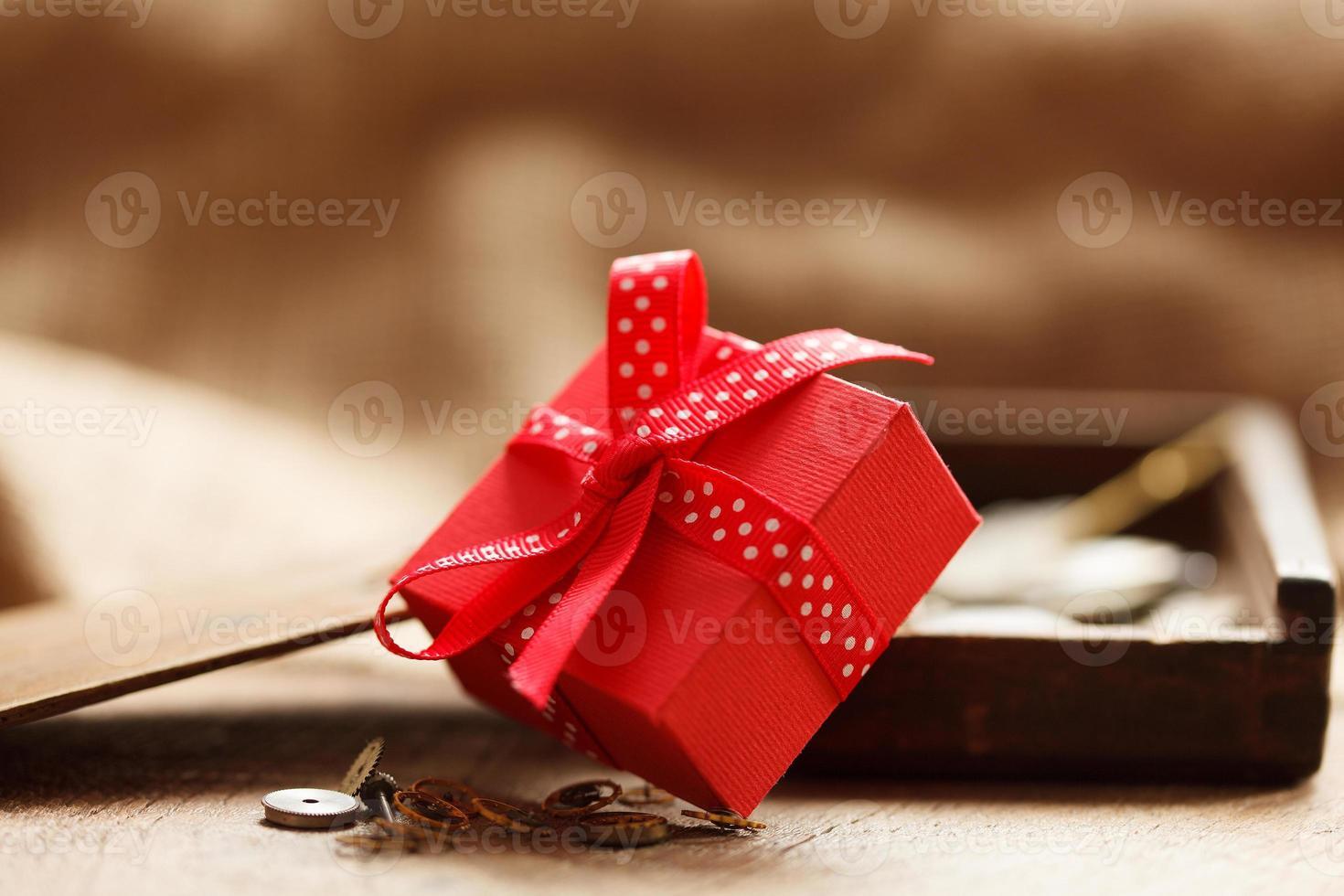caixa de presente vermelha amarrada com fita vermelha foto
