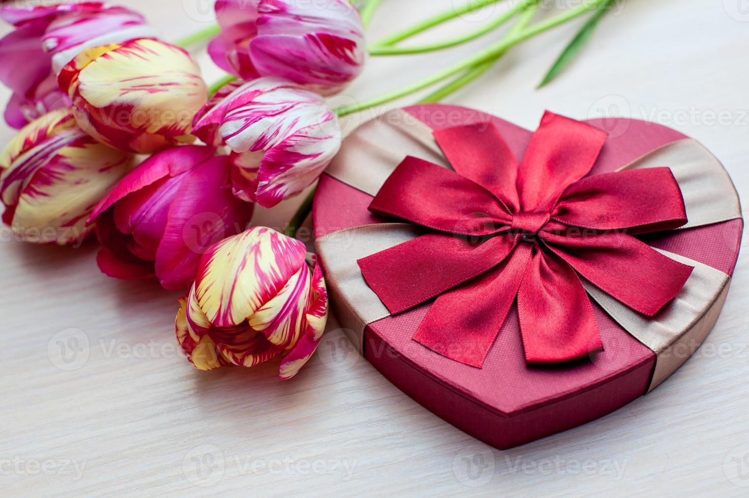 tulipas e caixas com presentes em um fundo branco foto
