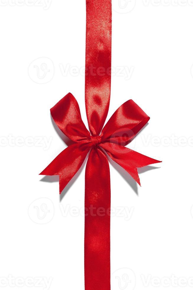 laço de fita vermelha em fundo branco foto