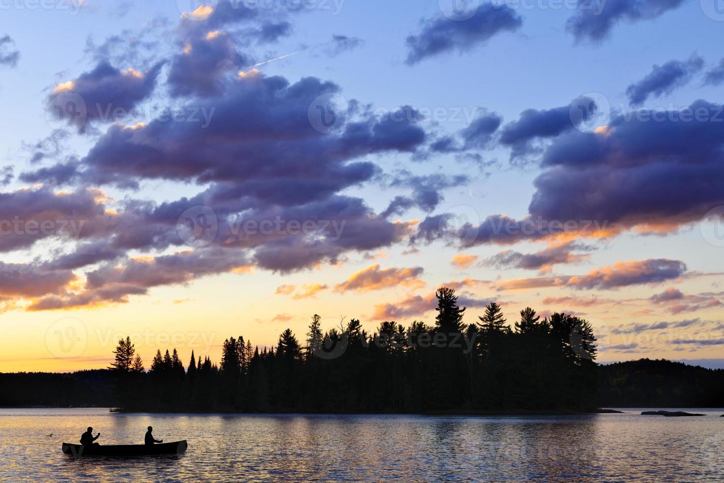 canoa no lago ao pôr do sol foto