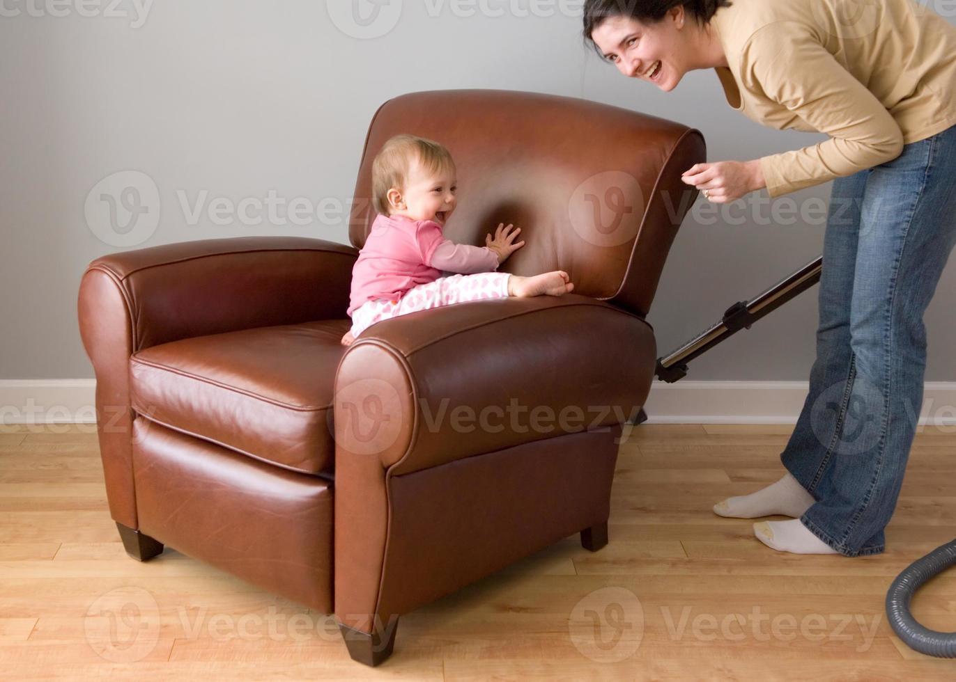 bebê brinca - mãe aspiradores foto