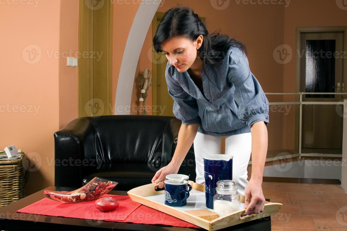 jovem trabalhando na sala de estar foto