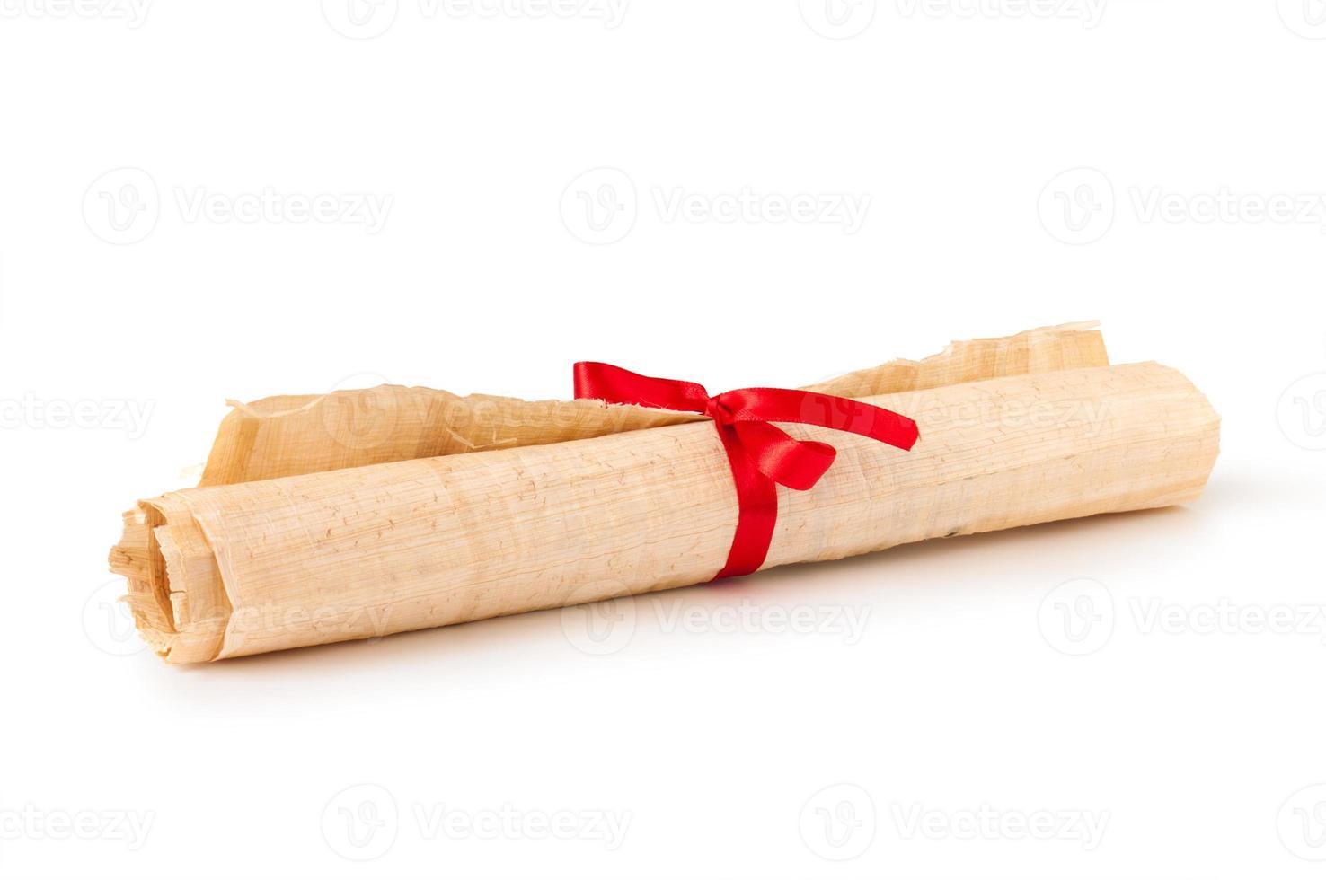 velho rolo de papiro em rolo com fita foto