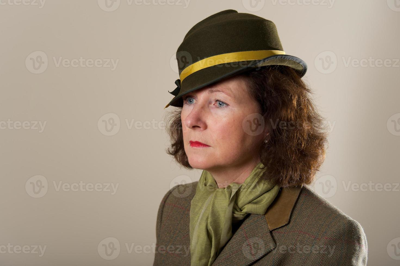 morena com chapéu de feltro verde olhando para baixo foto